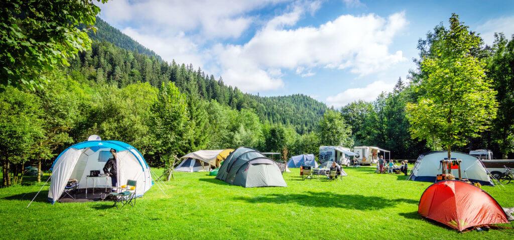 キャンプ場にはたくさんのテントを目にすることができます