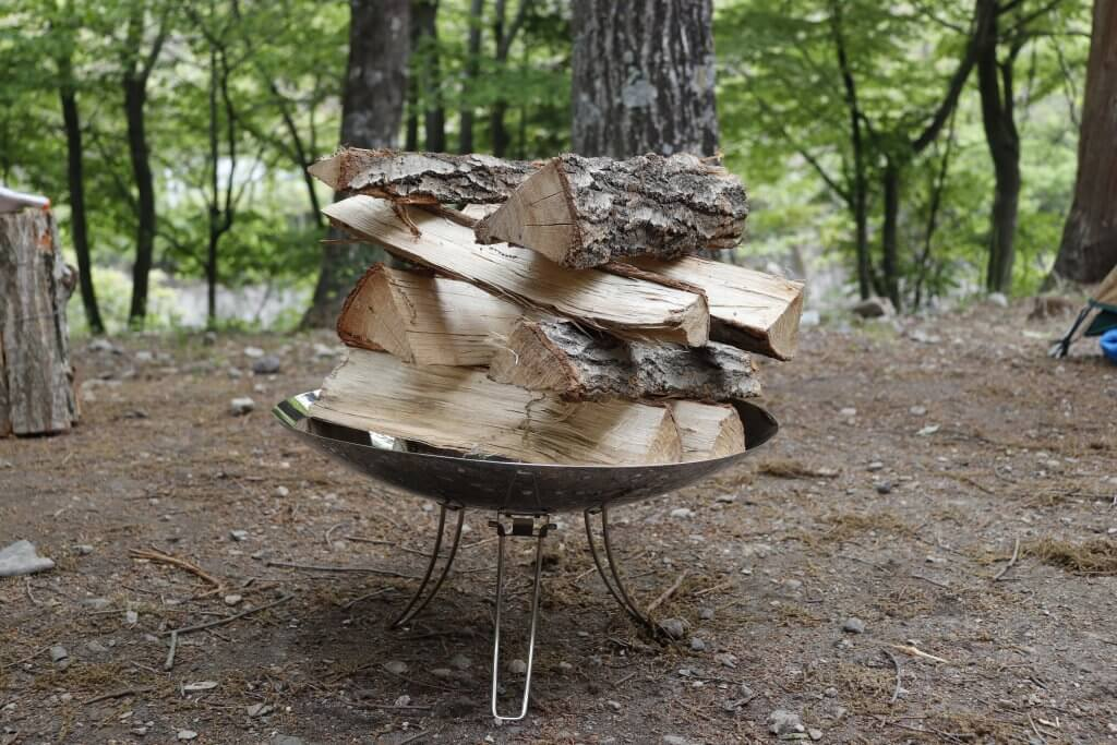 薪を井桁型で配置した焚き火台