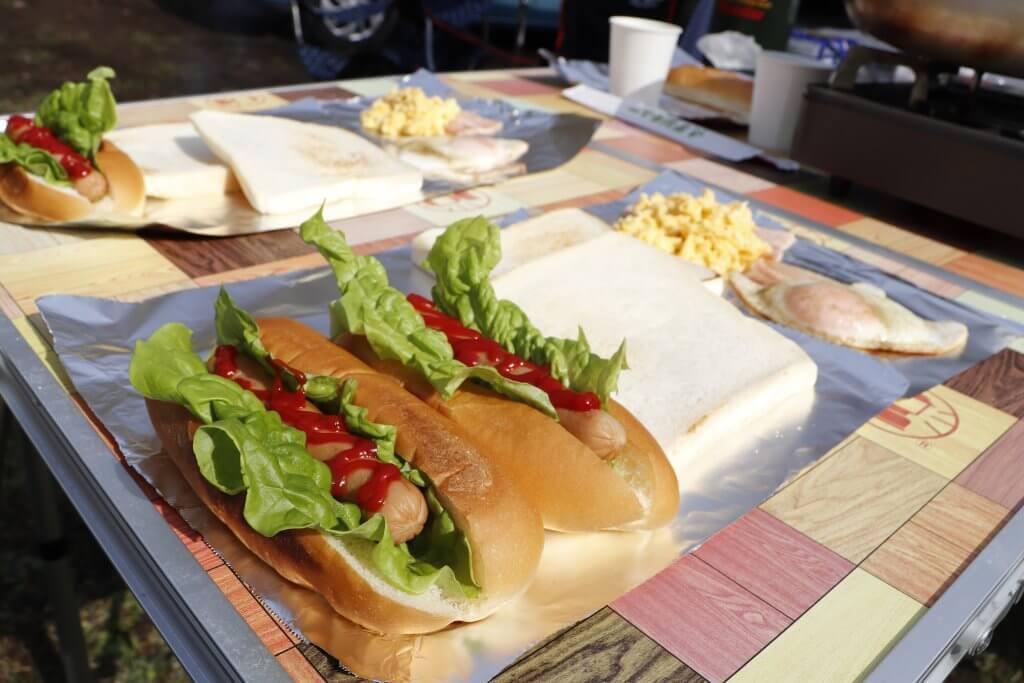 キャンプの朝ご飯におすすめ:ホットドッグ