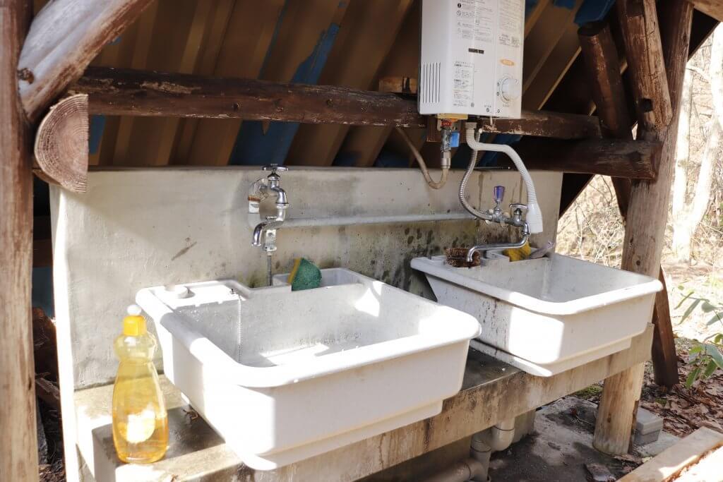 【桐の木平キャンプ場】炊事場では温水が出るよ!