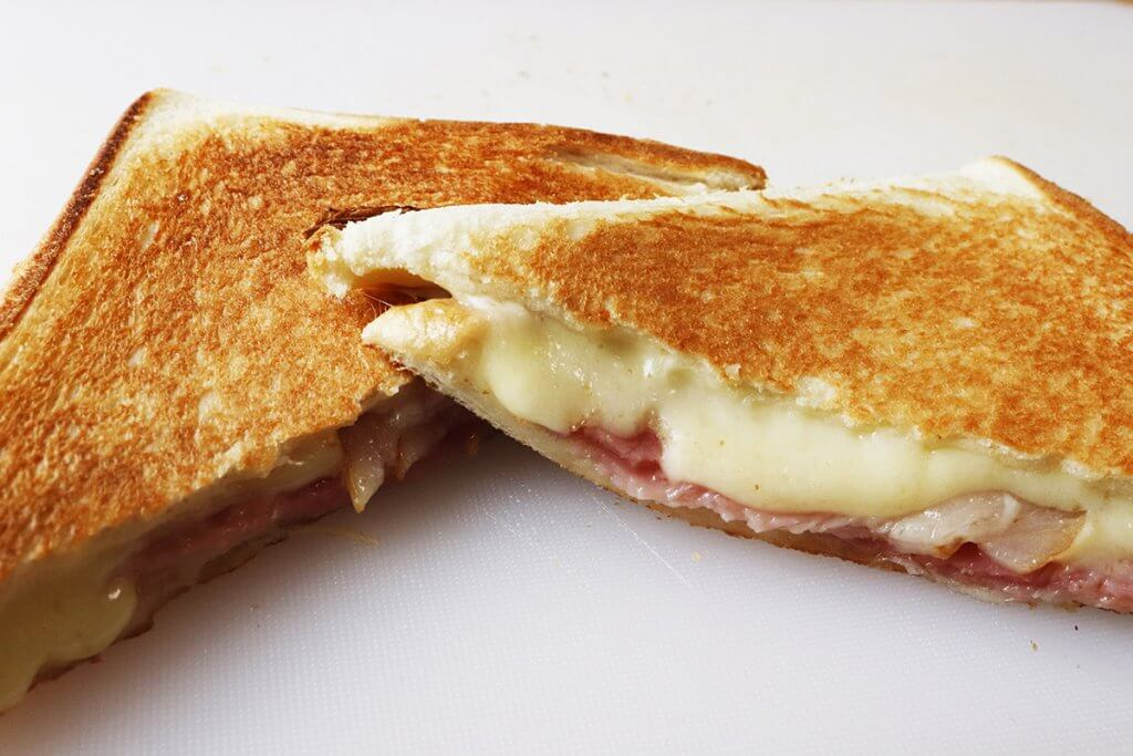 バウルーで作るホットサンドの断面はチーズがとろり