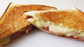 ホットサンドの断面はチーズがとろり