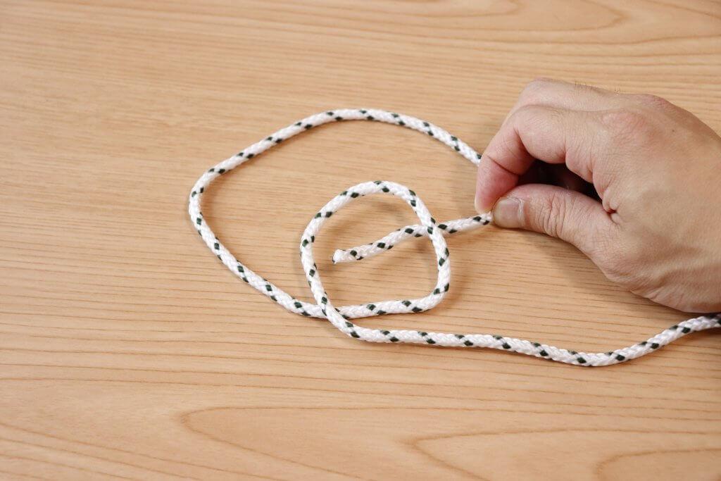 ロープの先端を輪っかの下から入れていく
