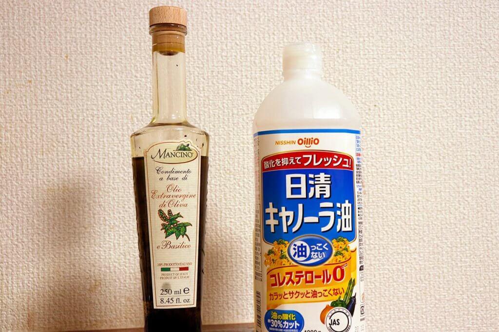 オリーブ油をスキレットに垂らす