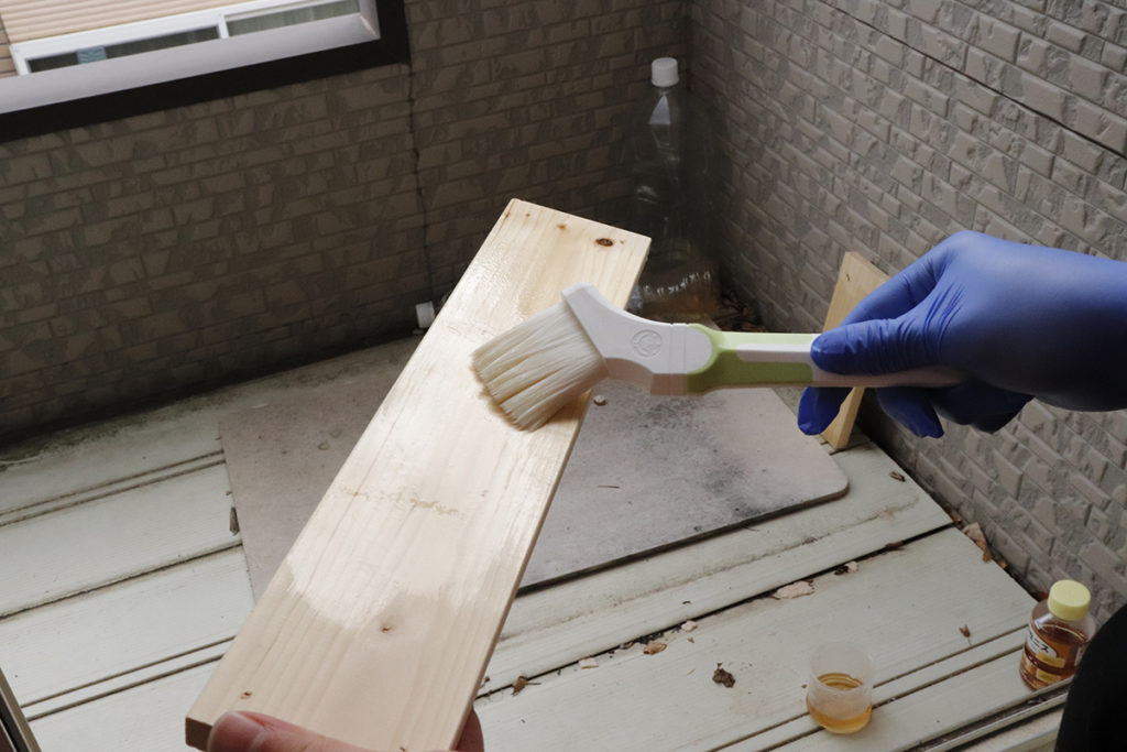 天板にニスを塗っていきます