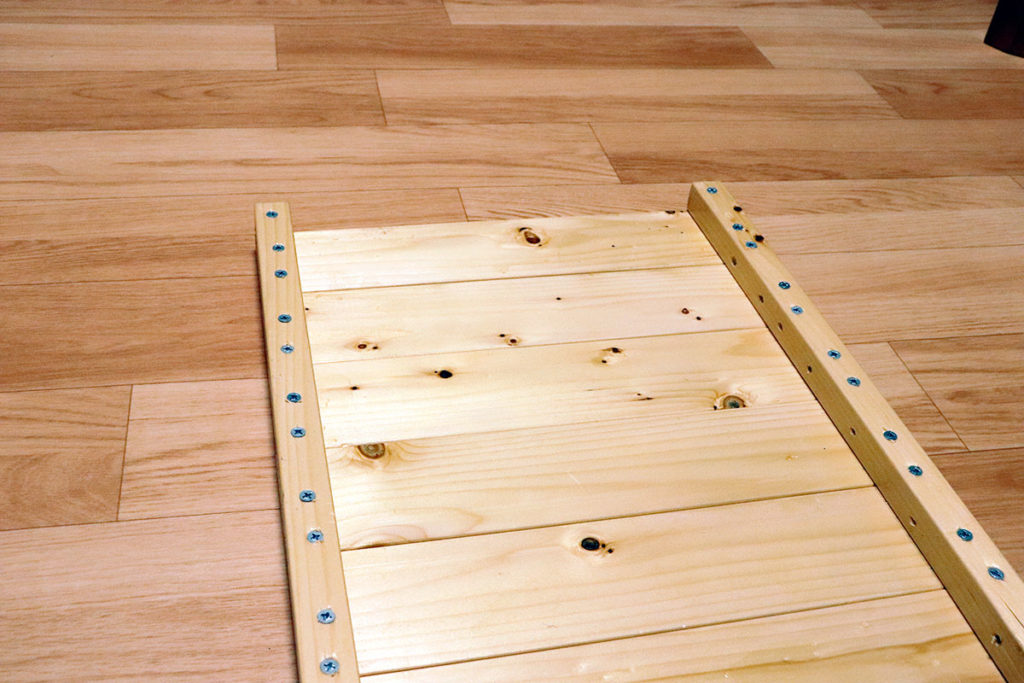 天板とつなぎをネジで結合させる