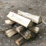 キャンプの持ち物:薪