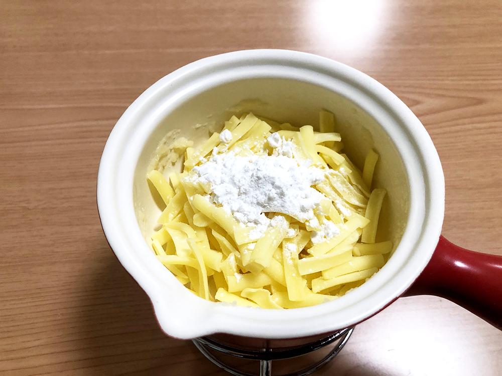 【チーズフォンデュ】片栗粉をまぶします
