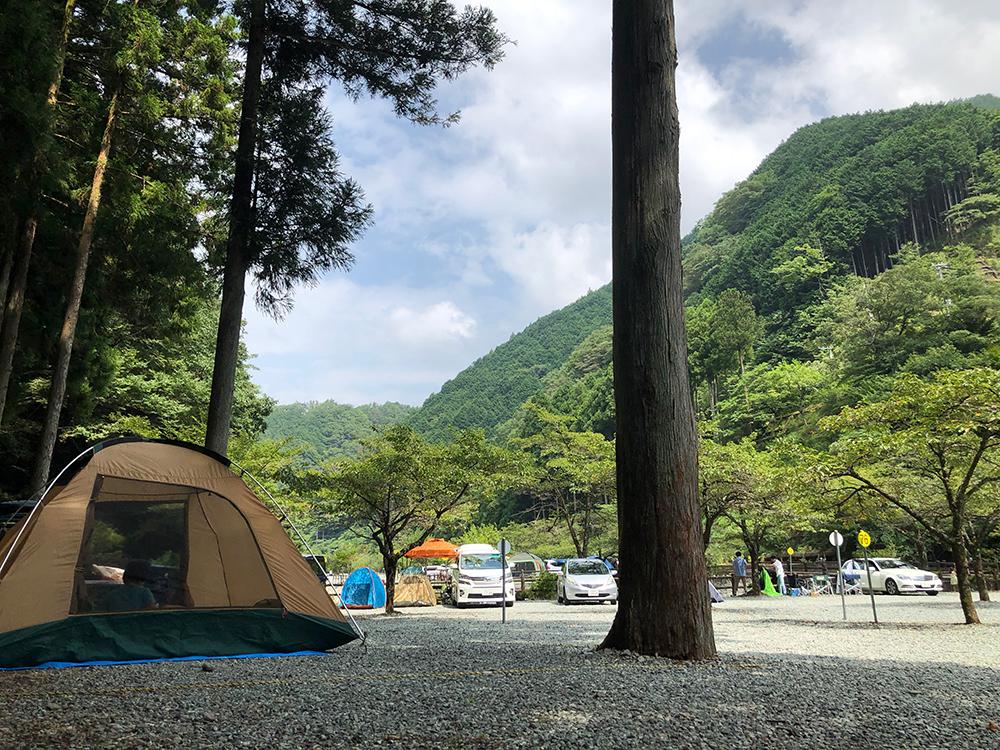 神之川キャンプ場の区画サイトは狭め