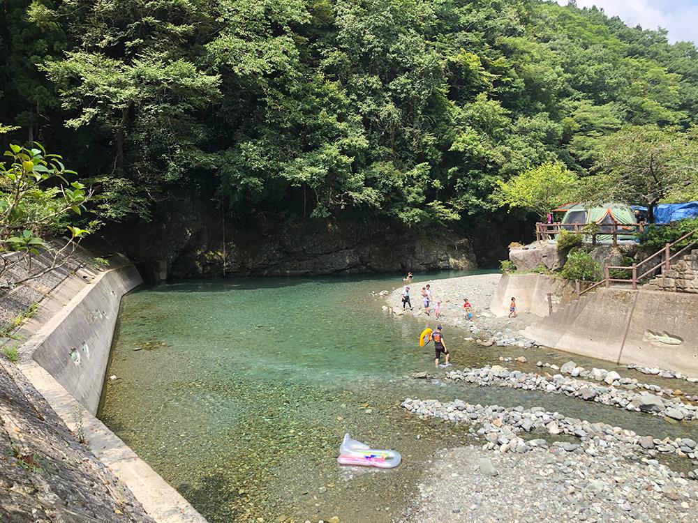 神之川キャンプ場内を流れる川