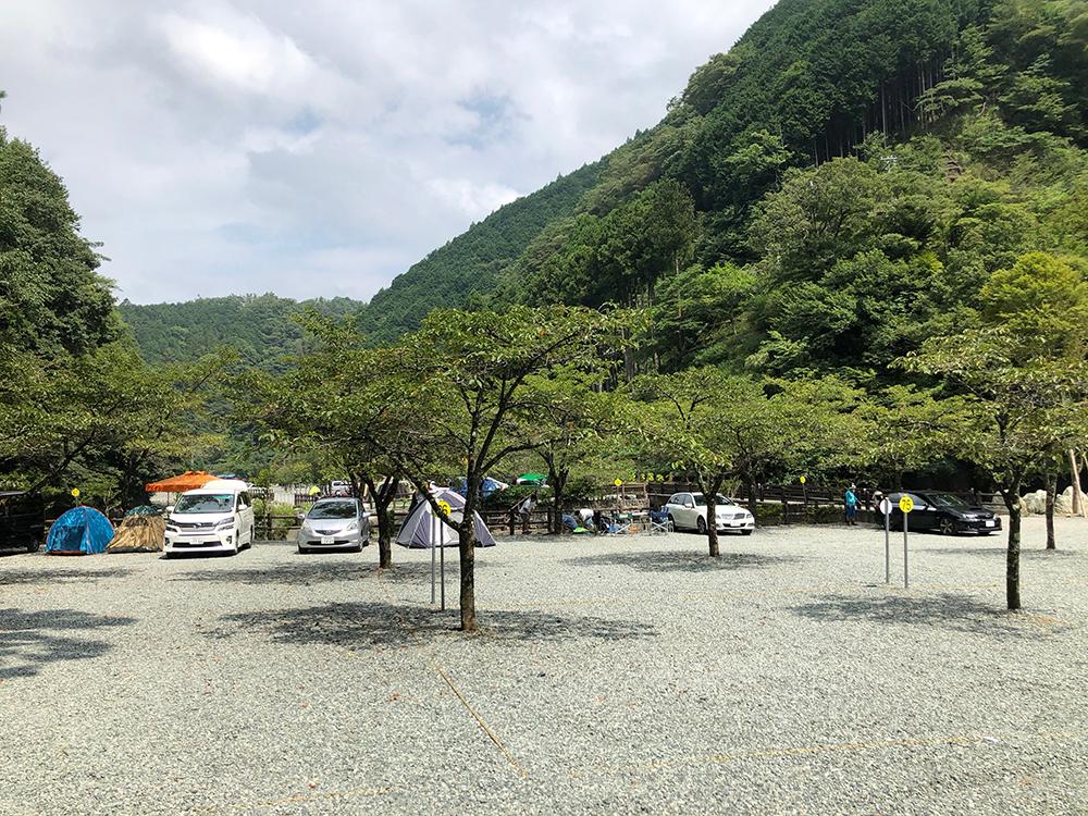 神之川キャンプ場の区画サイトは砂利がメイン