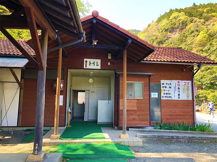 青野原オートキャンプ場のトイレとシャワー室
