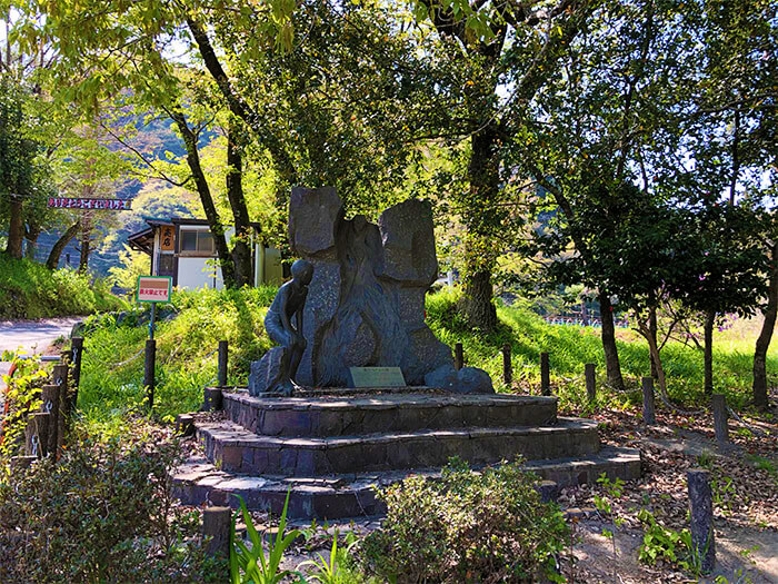 青野原オートキャンプ場内にある石碑