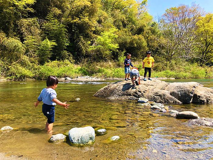 青野原オートキャンプ場を流れる道志川
