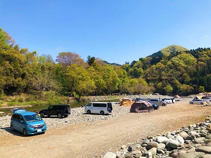 青野原オートキャンプ場は砂利や岩が目立つ
