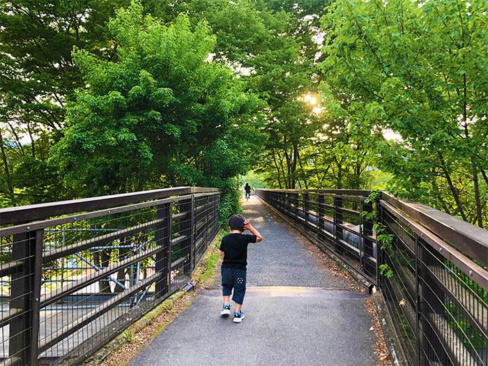 【長瀞オートキャンプ場】受付付近から橋を渡る