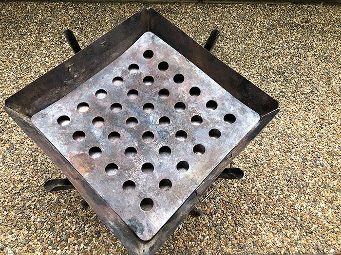 炭を受ける穴のあいた板を置きます
